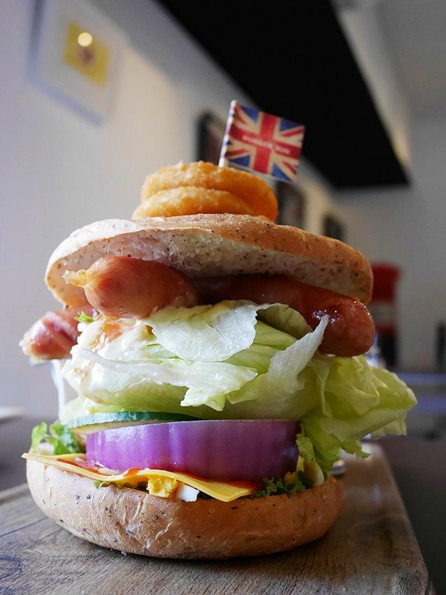 20171002144235 53 - 【熱血採訪】台中早午餐|漢堡巴士Burger Bus~傳統英式早餐、英式漢堡專賣店 英國開車玩一圈 結合藝術和美食的英國風文青餐館(東區早午餐)