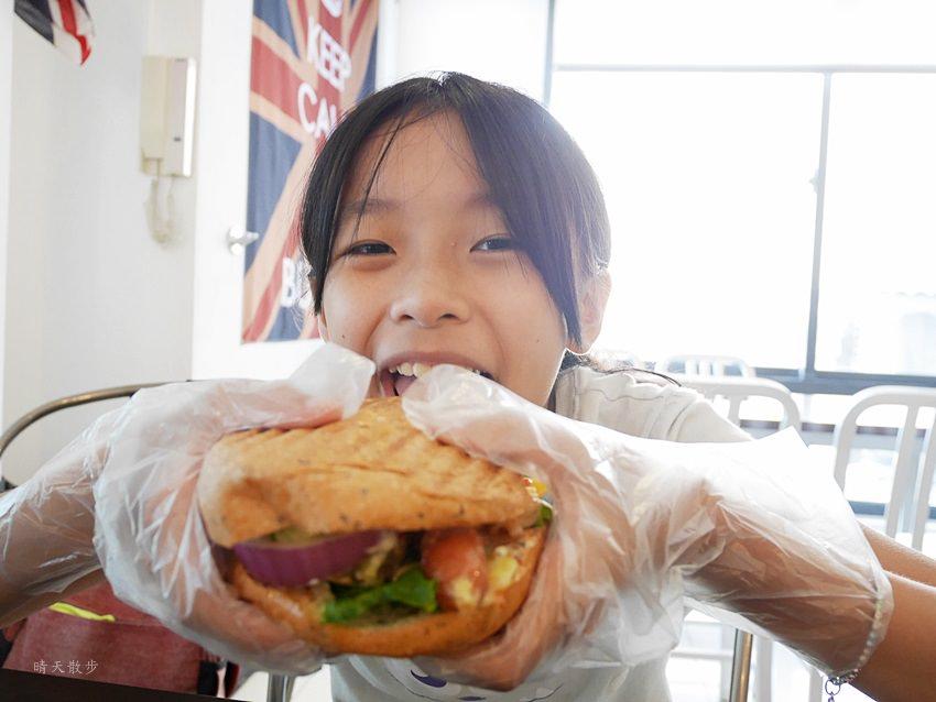 20171002144309 35 - 【熱血採訪】台中早午餐|漢堡巴士Burger Bus~傳統英式早餐、英式漢堡專賣店 英國開車玩一圈 結合藝術和美食的英國風文青餐館(東區早午餐)