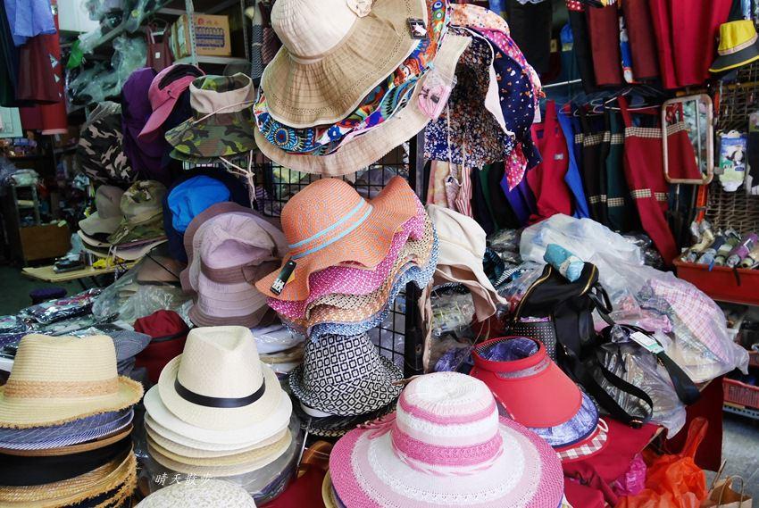20171026153137 36 - 台中逛街︱超值帽子、雨傘、圍裙哪裡買?第三市場啊!(信義南街、民意街文創市集)