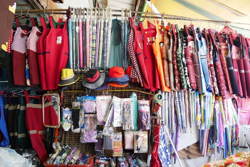 20171026153140 46 - 台中逛街︱超值帽子、雨傘、圍裙哪裡買?第三市場啊!(信義南街、民意街文創市集)
