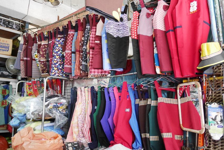 20171026153148 2 - 台中逛街︱超值帽子、雨傘、圍裙哪裡買?第三市場啊!(信義南街、民意街文創市集)