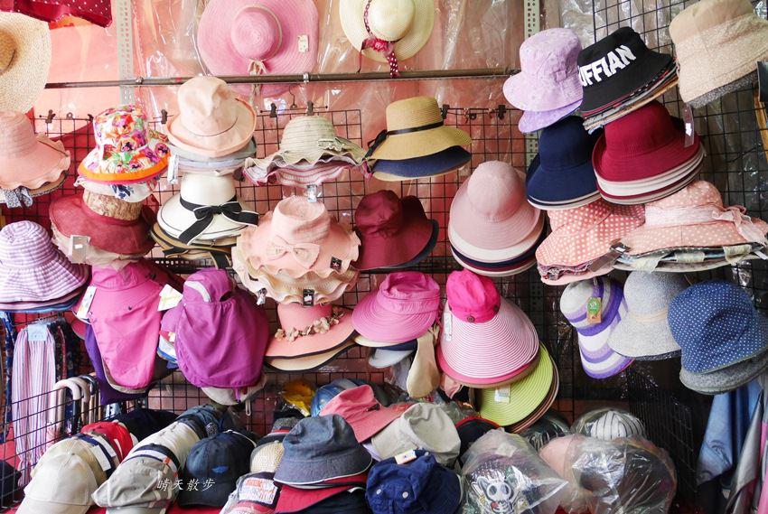 20171026153150 57 - 台中逛街︱超值帽子、雨傘、圍裙哪裡買?第三市場啊!(信義南街、民意街文創市集)