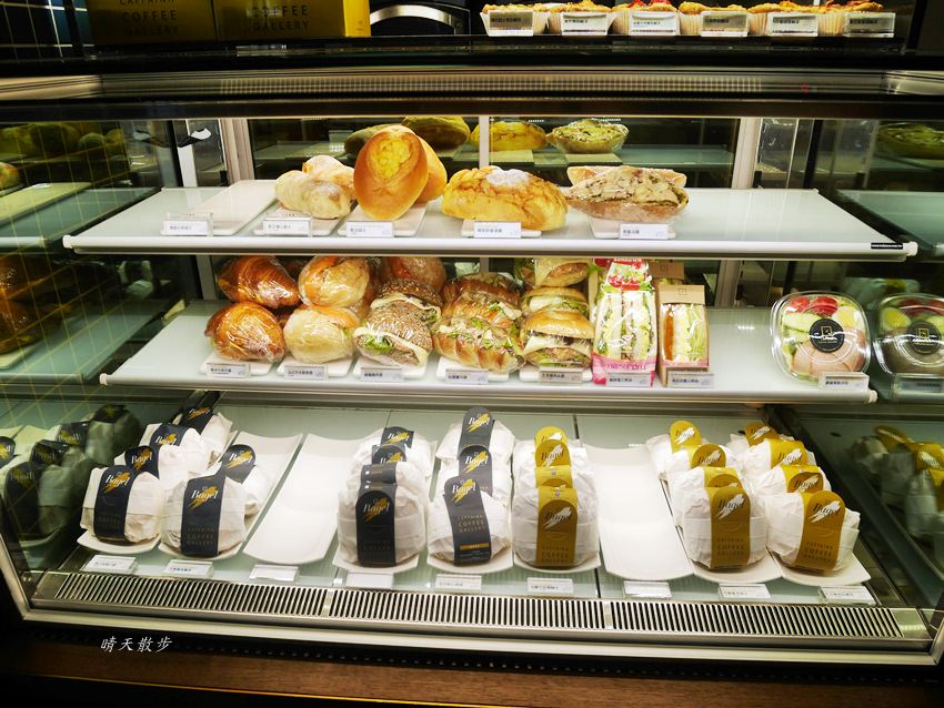 20180222190528 45 - 台中下午茶|卡啡那大墩店~香書、咖啡香、麵包香 從牆面到天花板都是書 假日一位難求