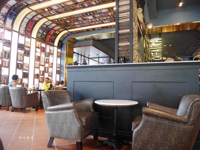20180222190553 88 - 台中下午茶|卡啡那大墩店~香書、咖啡香、麵包香 從牆面到天花板都是書 假日一位難求