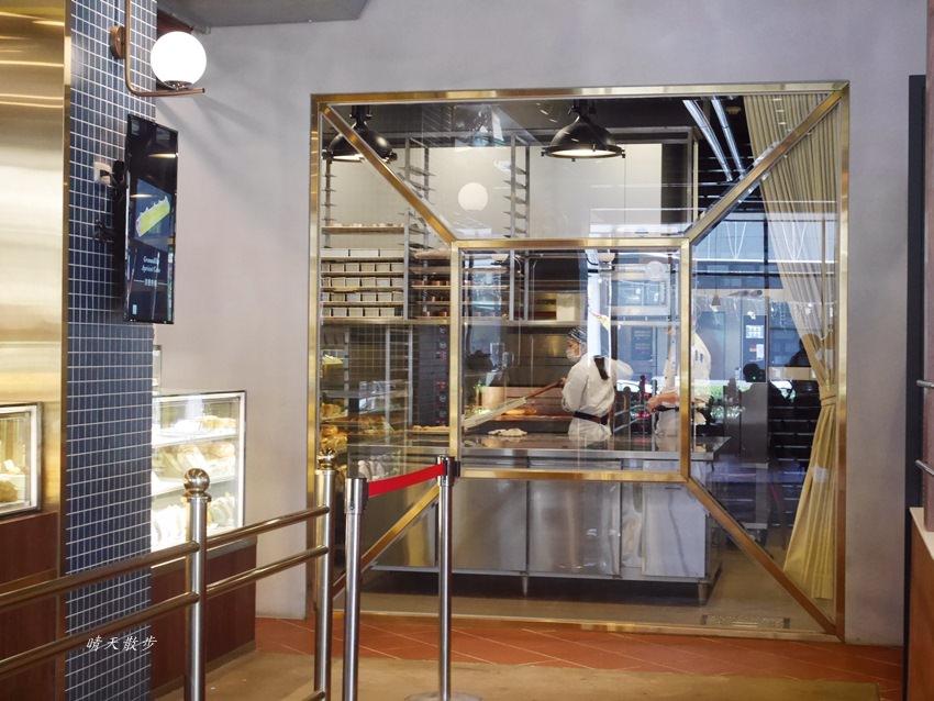 20180222190610 81 - 台中下午茶|卡啡那大墩店~香書、咖啡香、麵包香 從牆面到天花板都是書 假日一位難求