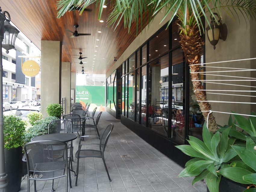 20180222190613 32 - 台中下午茶|卡啡那大墩店~香書、咖啡香、麵包香 從牆面到天花板都是書 假日一位難求