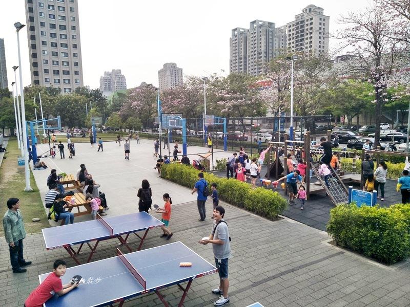 20180503221124 85 - 迪卡儂南屯店戶外運動區~桌球、籃球、兒童遊戲區、直排輪場、彈跳床通通有 比公園還好玩!