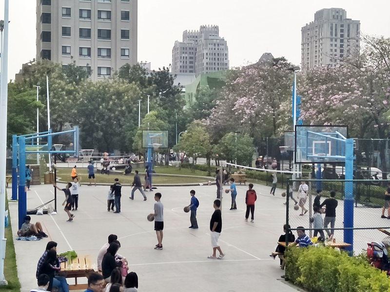 20180503221128 83 - 迪卡儂南屯店戶外運動區~桌球、籃球、兒童遊戲區、直排輪場、彈跳床通通有 比公園還好玩!