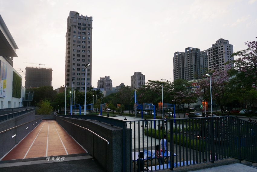 20180503221134 44 - 迪卡儂南屯店戶外運動區~桌球、籃球、兒童遊戲區、直排輪場、彈跳床通通有 比公園還好玩!