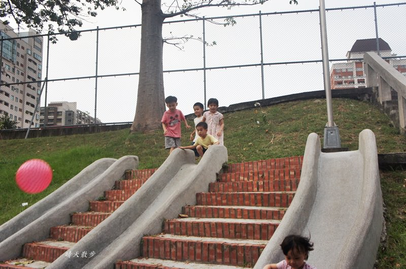 台中萬壽公園~最受歡迎的磨石子溜滑梯 萬壽棒球場旁
